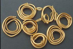 Armringar i guld från Skedemosse